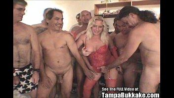 Страстные девушки сосут хуи на домашней вечеринке