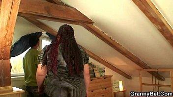 Old fatty ไม่มีใครอยู่บ้าน นัดป้าข้าบ้านขึ้นมาแอบเย็ดในห้องใต้หลังคา