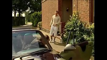 Schlampe aus dem Dorf wird von zwei Kerlen gefickt - German -