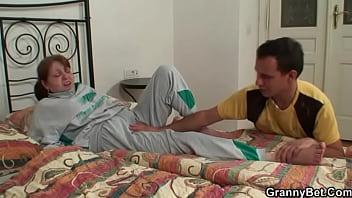 Сын засунул член в рот спящей маме