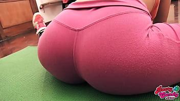 Cameltoe في سن المراهقة المؤخرة الكبيرة كبير الثدي في السراويل اليوغا ضيق