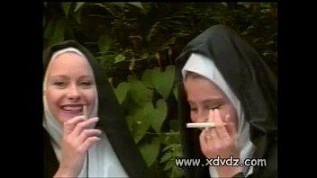 راهبة تطلب من الأخوات الأخوات أن يضربن الحمار العاري يعاقبها على الأحلام الساخنة