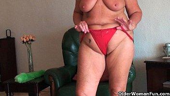 Бабушка показывает свою большую жопу