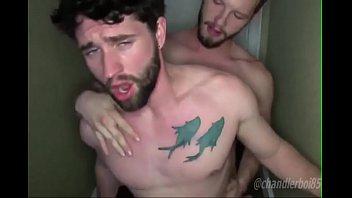 Hombres hermosos y jóvenes teniendo sexo Bareback