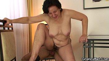 Зрелую мамашу трахнули