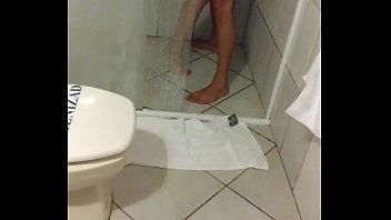 Dando pro comedor no chuveiro