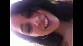 Linda dando uma chuppadinha e sorrindo