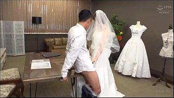 AVญี่ปุ่นดูออนไลน์ เจ้าสาวเจ้าบ่าวเย็ดกระจายในงานแต่ง อดใจรอเลิกงานไม่ไหว จัดหนักชุดใหญ่ ปล่อยน้ำแตกรดรูหีสวยคาชุด