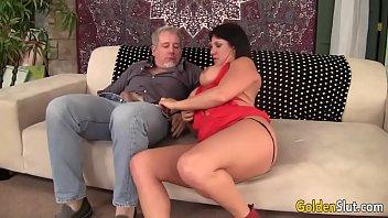 Толстая женщина сосёт у парня