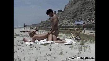 Смотреть как трахоют студентку на красивом пляже