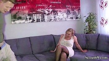 Deutsche Mutter fickt den Freund des Sohne mit MEGA big-cock big-dick