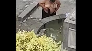 Mujer duchandose en publico en madrid a la vista de todos
