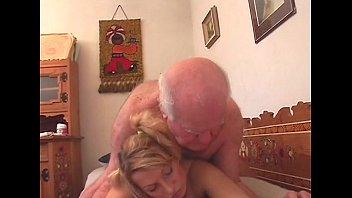 Ебет внучку с большой попой