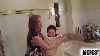 Redtube Video HD mãe e filha transando gostoso com cara no banheiro do hotel
