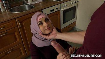 Mlada gospodinja v kuhinji povleče tiča