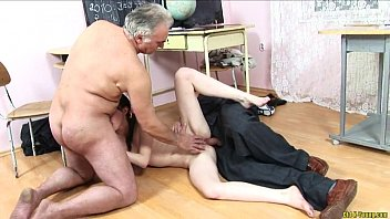 Dos hombres maduros se aprovechan de la inocencia de esta alumna