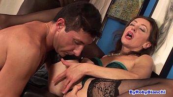 Порно онлайн мать с подругой трахают сына