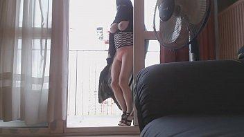 Gros nichons de milf sur son balcon