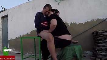 Русская сосет на улице в зеленом платье