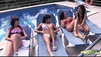 Las chicas hacen guarradas en la piscina