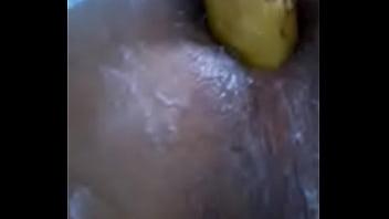 Viadinho enfia banana no rabo