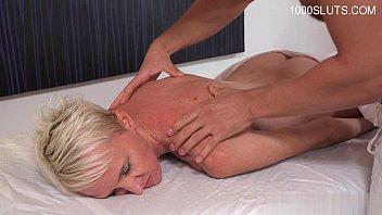 Трахать блондинку с упругой грудью