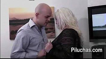 paola invita a su jefe a su casa para  hacerle un rico oral asi le suben de sueldo y alo ultimo una