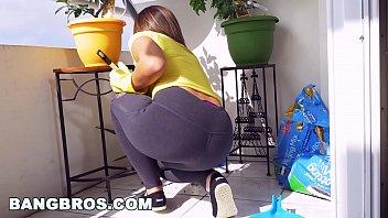 BANGBROS - La cameriera latina Mariah pulisce più dell'appartamento (mda15731)