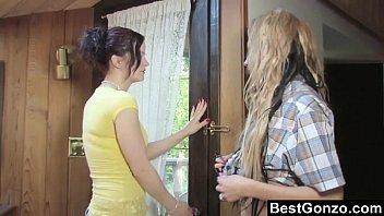 Красивые девушки целуются с языком
