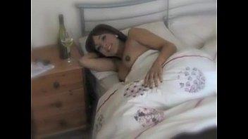 Жена приводит мужу подружку в постель утром
