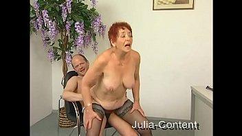 Rothaarige Oma gefickt und besamt