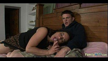 Сын развлекается с мамой в постели