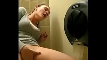 masturbando no banheiro ate gozar - xvideoscaiunanet.com.br