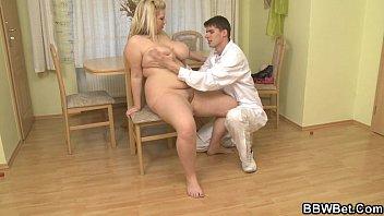El doctor golpea a su paciente gordo