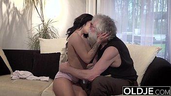 Old Young Porn Teenager sexy Scopata da un vecchio uomo sul divano lei cavalca il suo cazzo