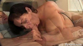 Temnolasa milfica fuka z mlajšim fantom v spalnici