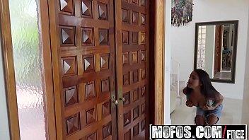 Mofos - Pervs On Patrol - Natural Teen Tricks Pizza Man starring Nicole Bexley