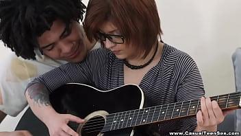Hermosa Teen Nerd Cogida por su maestro de guitarra Brasile&ntilde_o.