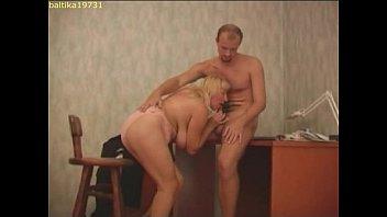 Русская зрелая шлюха трахается с полицейским