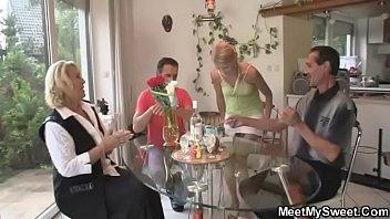 Сисястую официантку трахнули посетители