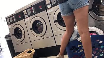 Deliciosas piernas en la lavanderí_a
