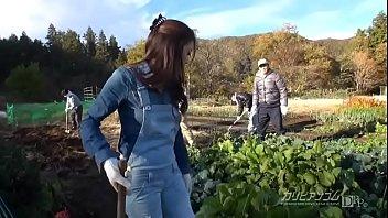 หนังเอ๊กซ์ JAV18+ สาวไร่ญี่ปุ่นขาหมวย โดนเจ้าของสวนผักเรียกไปอมควยให้ตอนพักเที่ยง เปิดซิบขวักควยให้โม๊กกลางแปลงผัก ไม่ติดว่าชาวสวนจะหิวหีจับเย็ดไปนานแล้ว