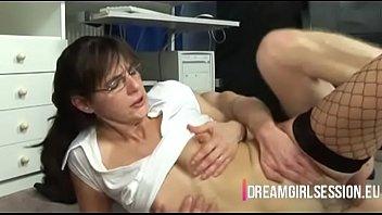 Milfica zapelje mlajšega sodelavca v službi