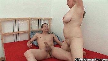 Русский красивый секс мохнатой мамы и сына в кровати