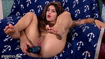 fingering Sofie Reyez punctures her pussy until orgasm