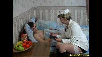 Сын увидел маму голой и трахнул ее в большую попку