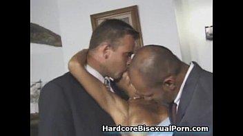 Две девушки и бисексуалы сосут хуй видео