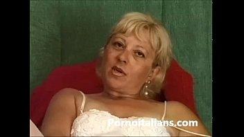 Matura italiana si masturba  - Italian mature masturbates granny