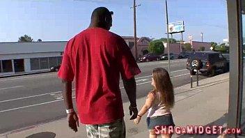 Ragazze di nano con enorme ragazzo nero - filmati porno gratuiti