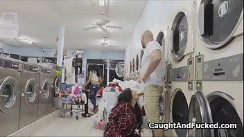 Stehlen bigtit Teen beim Waschsalon gefickt